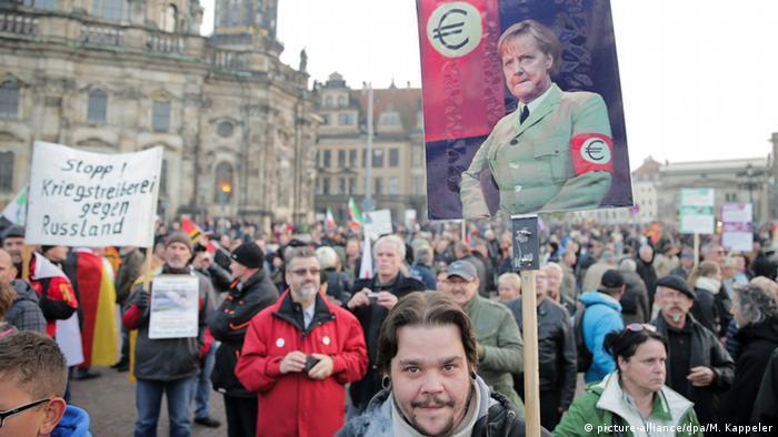 Deutschland Pegida Kundgebungen zum Pediga-Jahrestag in Dresden (picture-alliance/dpa/M. Kappeler)