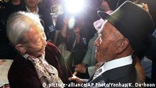 Bildergalerie Nordkorea Familienzusammenführung+++ 20.10.2015+++South Korean Lee Soon-kyu, 85, left, meets with her North Korean husband Oh Se In, 83, during the Separated Family Reunion Meeting at Diamond Mountain resort in North Korea, Tuesday, Oct. 20, 2015. Hundreds of elderly Koreans from divided North and South began three days of reunions Tuesday with loved ones many have had no contact with since the war between the countries more than 60 years ago.(Kim Do-hoon/Yonhap via AP) KOREA OUT