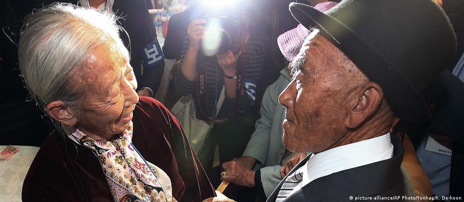 A sul-coreana Lee Soon-kyu (esq.), de 85 anos, reencontra seu marido norte-coreano, Oh In Se, de 83 anos