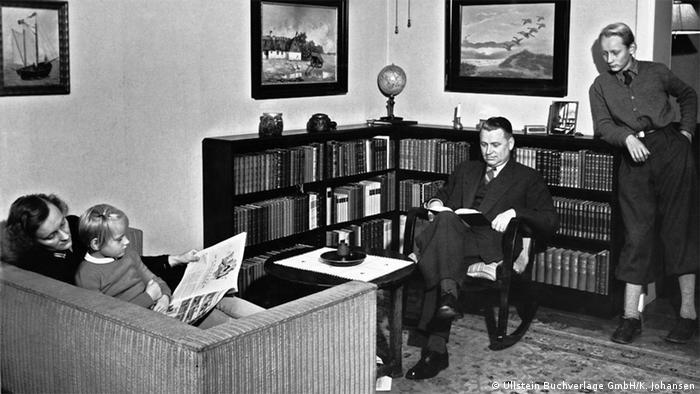 Семья Линдгрен: Астрид с дочерью Карин, ее муж Стуре и старший сын Ларс. Стокгольм, 1941 год