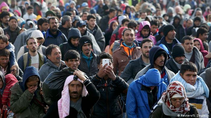 Slowenien Dobova Flüchtlinge Balkanroute Menschenmenge