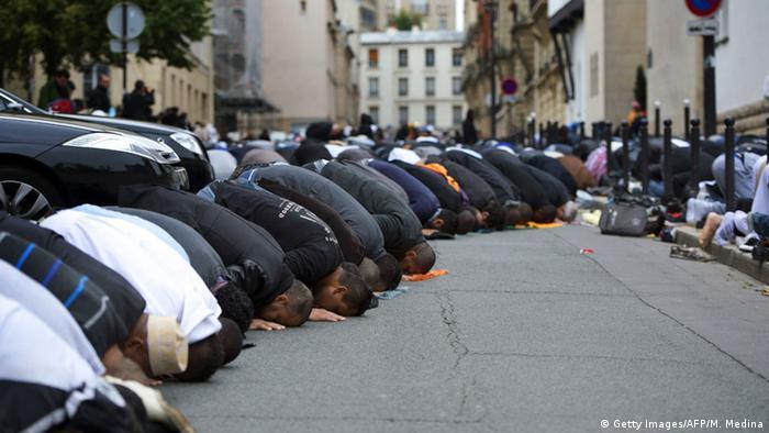 نماز جمعه در خارج از مسجد جامع پاریس (عکس از آرشیو)