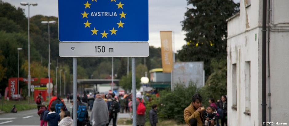 Placa na fronteira eslovena indica que ali começa a Áustria: polícia local contém refugiados