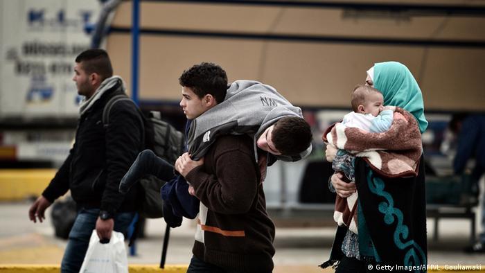 Una familia siria que busca asilo camino a Macedonia desde Pireos, Grecia.