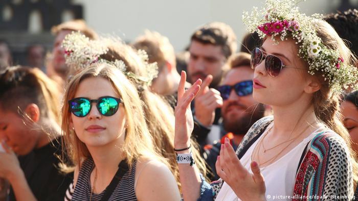 Deutschland Publikum tanzt beim Berlin Festival