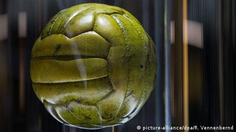 Deutschland Endspielball im Deutschen Fußballmuseum in Dortmund