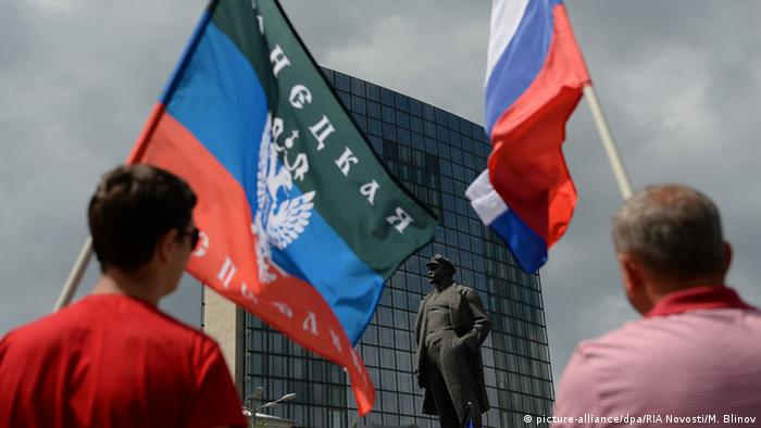 Сторонники ДНР с флагами самопровозглашенной республики и России на площади Ленина в Донецке