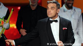Robbie Williams, dressed in a tux on stage (Photo: picture-alliance/dpa/Kaiser)