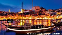 Portugal Historische Portweinschiffe auf dem Rio Douro