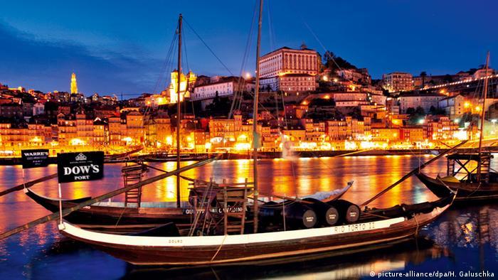 Portugal Historische Portweinschiffe auf dem Rio Douro (picture-alliance/dpa/H. Galuschka)
