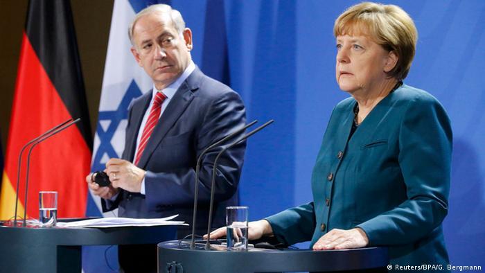 المستشارة أنغيلا ميركل خلال مؤتمر صحفي مع رئيس وزراء إسرائيل بنيامين نتنياهو في برلين (21/10/2015)