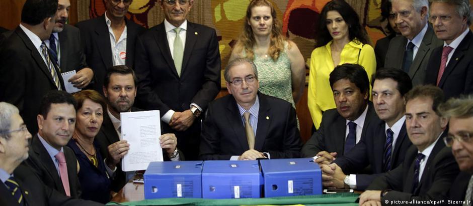 O pedido de 65 páginas, assinado por quatro juristas , além de três caixas contendo documentos, são entregues a Cunha