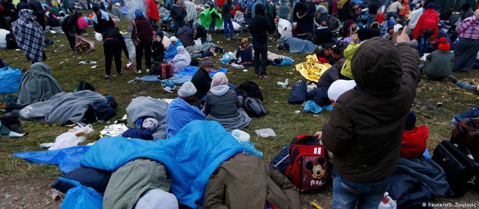 Imigrantes que cruzaram a fronteira da Croácia com a Eslovênia aguardam para serem registrados