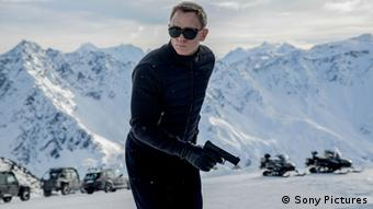 James Bond mit Waffe in der Hand vor den Bergen (Sony Pictures)