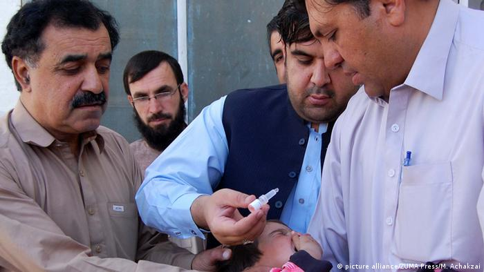 A child being administered Polio vaccine in Pakistan (picture alliance/ZUMA Press/M. Achakzai)
