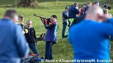 Männer fachsimpeln über Waffen, aufgenommen am 97. Morgartenschiessen am 15. November 2010 beim Morgartendenkmal in Oberaegeri im Kanton Zug.