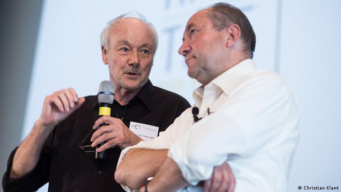 El fundador y gurú del emprendimiento en Alemania, Günter Faltin, (izquierda) conversa con uno de los ponentes este año, Andreas Heinecke, fundador de numerosas iniciativas sociales.