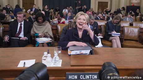 Hillary Clinton bei der Befragung durch den Kongress (picture-alliance/dpa)