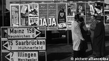 Wahlplakate prägen vor 40 Jahren in Beckingen an der Saar das Stadtbild (Archivbild vom 20.10.1955). Am 23. Oktober 1955 entschied sich die Bevölkerung des Saarlandes gegen ein Europäisches Statut und damit zur Rückkehr des Grenzlandes zur Bundesrepublik. (Zum dpa-Korr.-Bericht: Vor 40 Jahren: Saar-Abstimmungskampf um Rückkehr zu Deutschland vom 18.10.1995)