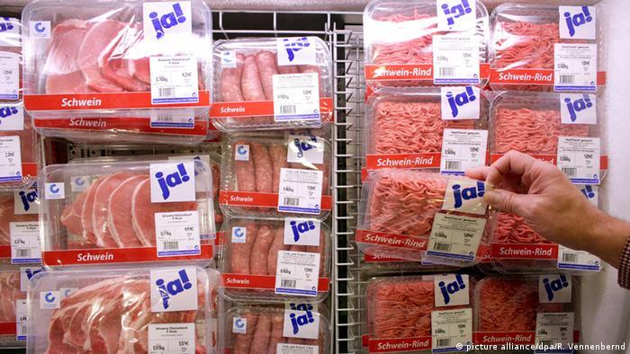 Symbolbild Kühlregal mit Fleisch in einem Supermarkt