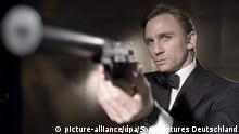 ARCHIV - Daniel Craig als James Bond hält in einer Szene des 007-Thrillers «Casino Royale» eine Waffe in den Händen (undatiert). Foto: Sony Pictures Germany / dpa - ACHTUNG: Nur zur redaktionellen Verwendung und nur bei Nennung der vollständigen Quelle (zu dpa Feuer frei für 007: Waffengebrauch bei Drehs in Italien möglich vom 13.12.2014) +++(c) dpa - Bildfunk+++Copyright: picture-alliance/dpa/Sony Pictures Deutschland