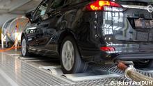Hohe Stickoxid-Emissionen bei einem getesteten Opel Zafira Diesel Deutsche Umwelthilfe stellt Ergebnisse von Abgasmessungen an einem Euro 6 Diesel-Pkw vor – Einhaltung der Stickoxid (NOx)-Emissionen ist im EU-Abgasprüfzyklus beim getesteten Pkw davon abhängig, dass sich die Hinterräder nicht drehen – DUH fordert das Kraftfahrt-Bundesamt zu einer Überprüfung des Fahrzeugtyps auf – Weitere Fahrzeugtests an deutschen und ausländischen Diesel-Pkw sind beauftragt Copyright: Holzmann/DUH