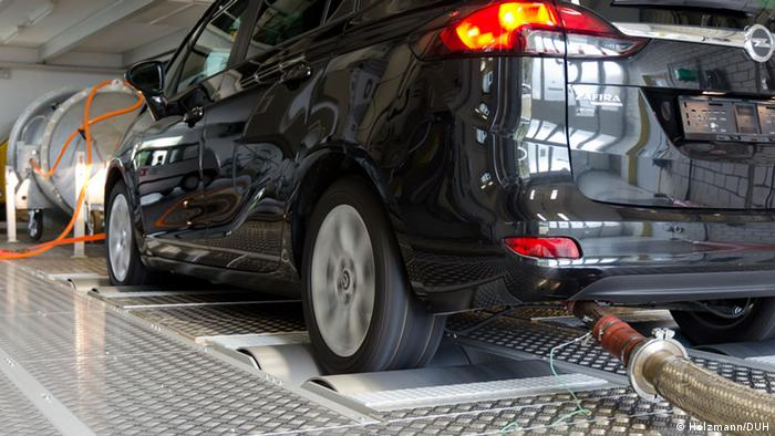 Opel Zafira emissions being tested in controlled setting (Holzmann/DUH)