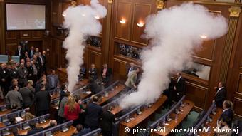 Tränengas im Parlament in Prishtina (Foto: picture-alliance/dpa/V. Xhemaj)
