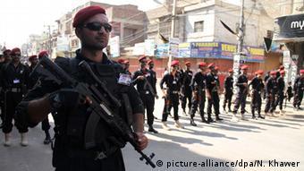 Pakistan Hyderabad Sicherheitskräfte begleiten Feierlichkeiten zu schiitischem Aschura-Tag