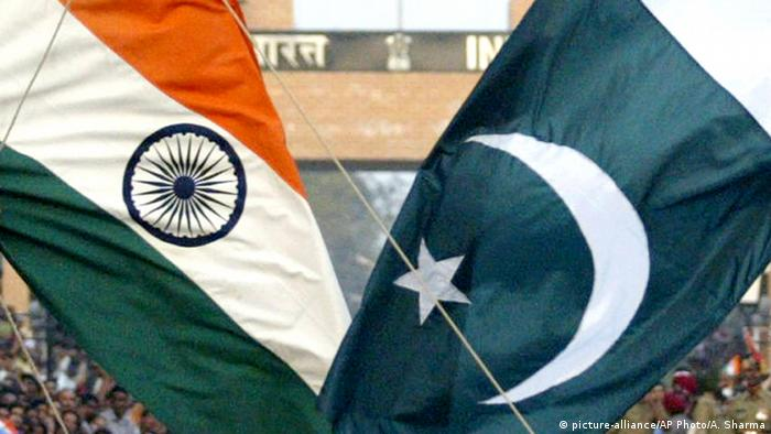 Flagge Pakistan und Indien (picture-alliance/AP Photo/A. Sharma)