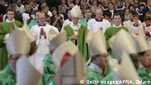 25.10.2015 Pope Francis (top C) leaves at the end of a mass for the 14th Ordinary General Assembly of the Synod of Bishops at St Peter's basilica on October 25, 2015 at the Vatican. Copyright: Getty Images/AFP/A. Solaro