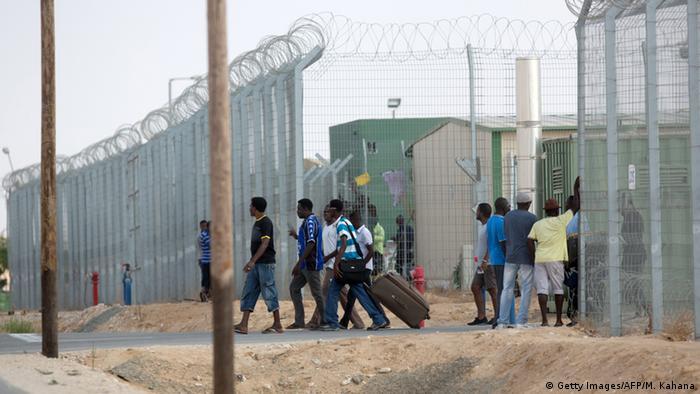 Refugiados africanos no centro de detenção de Holot, no deserto de Negev