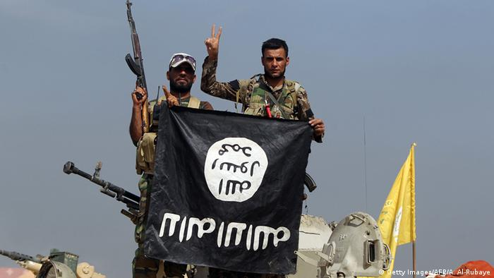 Irak Kämpfer mit IS-Flagge Foto: Getty Images/AFP/A. Al-Rubaye
