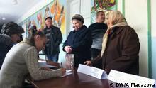 251015 Sie wurden von unserer Korrespondentin Anastasia Magazova gemacht. Sie wurden heute in Mariupol in der Ost-Ukraine gemacht, wo Kommunalwahlen hätten stattfinden sollen, sind aber entfallen. Uns liegt die Erlaubnis vor, dieses Bild auf DW-Seiten zu verwenden. DW/A.Magazova