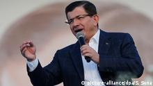 epa04995132 Turkish Prime Minister Ahmet Davutoglu addresses supporters during a general election rally in Istanbul, Turkey, 25 October 2015. Turkey's general elections will be held on 01 November 2015. +++(c) dpa - Bildfunk+++ Copyright: picture-alliance/dpa/ Sedat Suna