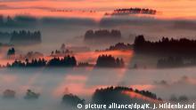 22.08.2015 *** dpatopbilder Morgennebel leuchtet am 22.08.2015 im Voralpenland bei Bernbeuren (Bayern) im Sonnenlicht. Foto: Karl-Josef Hildenbrand /dpa +++(c) dpa - Bildfunk+++ Copyright: picture alliance/dpa/K. J. Hildenbrand