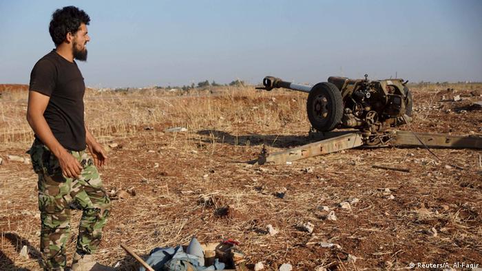 Kämpfer steht im Feld (Foto: Reuters/A. Al-Faqir)