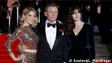 26.10.2015 **** (L to R) Lea Seydoux, Daniel Craig and Monica Bellucci pose for photographers as they attend the world premiere of the new James Bond 007 film Spectre at the Royal Albert Hall in London, Britain October 26, 2015. REUTERS/Luke MacGregor Copyright: Reuters/L. MacGregor
