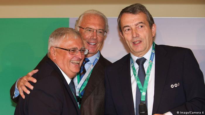 Franz Beckenbauer, flanqueado or los expresidentes de la DFB Theo Zwanziger y Wolfgang Niersbach. (Archivo)