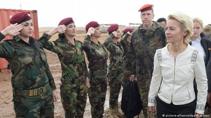 Ursula von der Leyen being saluted by soldiers. Photo: Rainer Jensen/dpa +++(c) dpa - Bildfunk+++ +++ Copyright: picture-alliance/dpa/R. Jensen