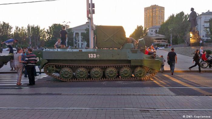 Боевая гусеничная машина на улице в Донецке