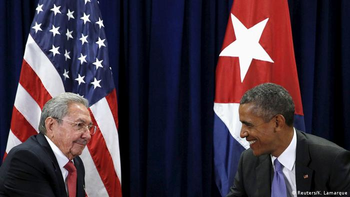 دیدار باراک اوباما (راست) و رائول کاسترو روسای جمهوری آمریکا و کوبا در سال ۲۰۱۵ در نیویورک