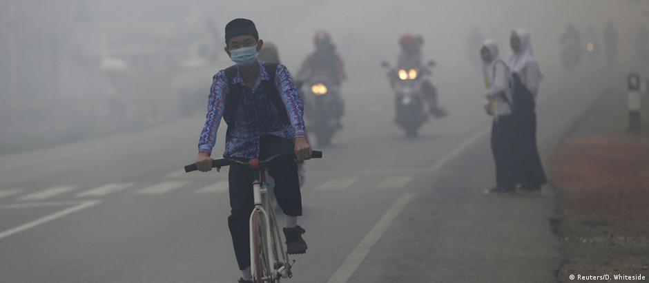 Moradores da cidade de Banjarmasin, no sul de Kalimantan, convivem há semanas com a fumaça