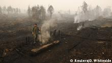 28.10.2015+++ An Indonesian soldier checks on a peat land fire near Palangkaraya, Central Kalimantan, Indonesia October 28, 2015. Indonesia's weather agency failed to predict that the effects of the El Nino weather phenomenon this year would be worse than in 1997, a senior minister said on Wednesday, as the government considers declaring a national emergency due to forest fires. The fires raging across the archipelago have created a haze that has blanketed much of Southeast Asia in recent months and, according to authorities, have left more than half a million Indonesians suffering from respiratory ailments. REUTERS/Darren Whiteside +++ Copyright: Reuters/D. Whiteside