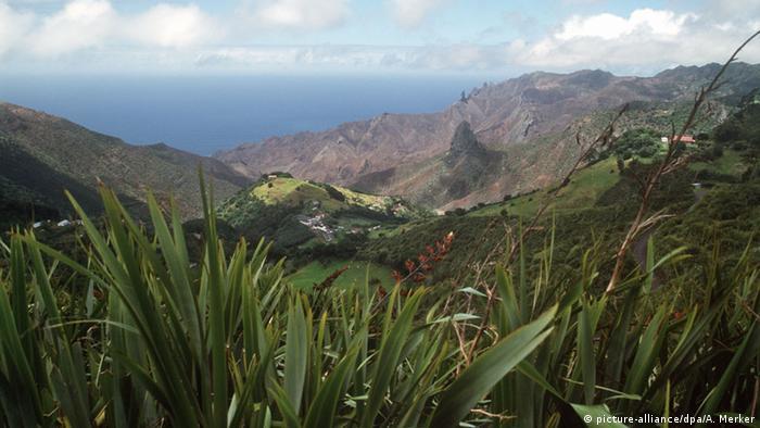 Blick auf die Vegetation über Jamestwon auf der Insel St.<br>Helena, (c) dpa