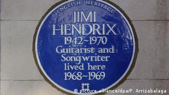 A view of a blue plaque outside 23 Brook Street where musician Jimi Hendrix briefly lived, Copyright: picture-alliance/dpa/F. Arrizabalaga