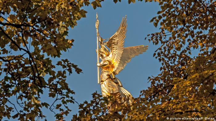 Колонна Победы и статуя Виктории