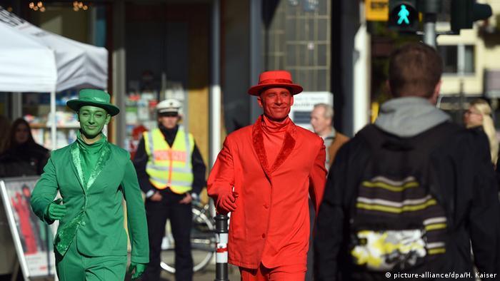 Светофорные человечки гуляют по Кельну во время акции по безопасности движения