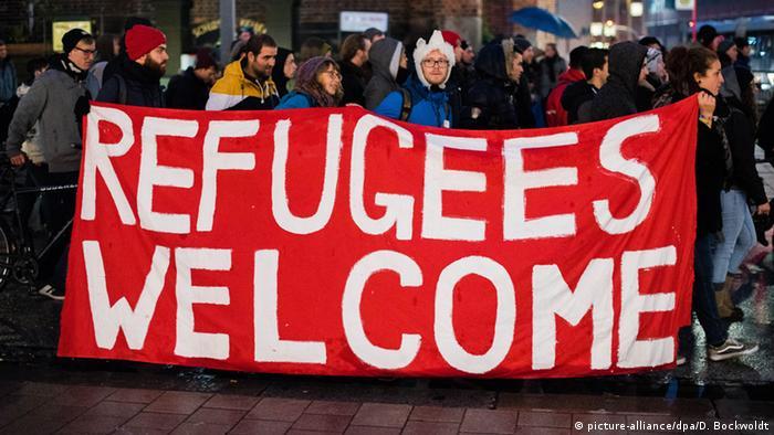 Refugiados são bem-vindos, diz faixa em inglês de manifestação em Hamburgo em 2015