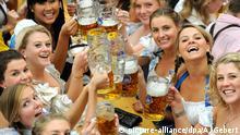 ARCHIV 2010 ***** ACHTUNG: SPERRFRIST 27.10.2015 um 18.00 Uhr !!! - ARCHIV - Junge Frauen trinken am 18.09.2010 in einem Festzelt auf dem Oktoberfest in München (Bayern) Bier. Foto: Andreas Gebert/dpa (zu dpa Prost!' Bayern unter Top-Zielen 2016 - laut 'Lonely Planet vom 27.10.2015) +++(c) dpa - Bildfunk+++